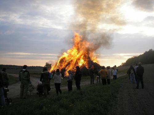 Tradiční stavění máje a pálení čarodějnic